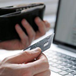 Які банківські картки та рахунки вигідні для використання за кордоном (в Україні)